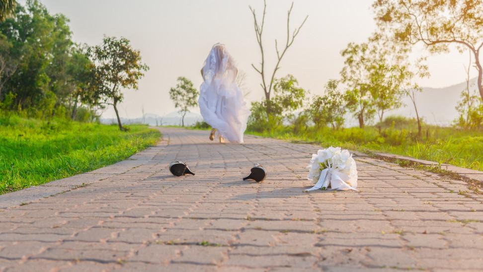 «Η νύφη το 'σκασε»: Άναυδοι οι καλεσμένοι σε γάμο στο Αίγιο- Το σημείωμα στο γαμπρό