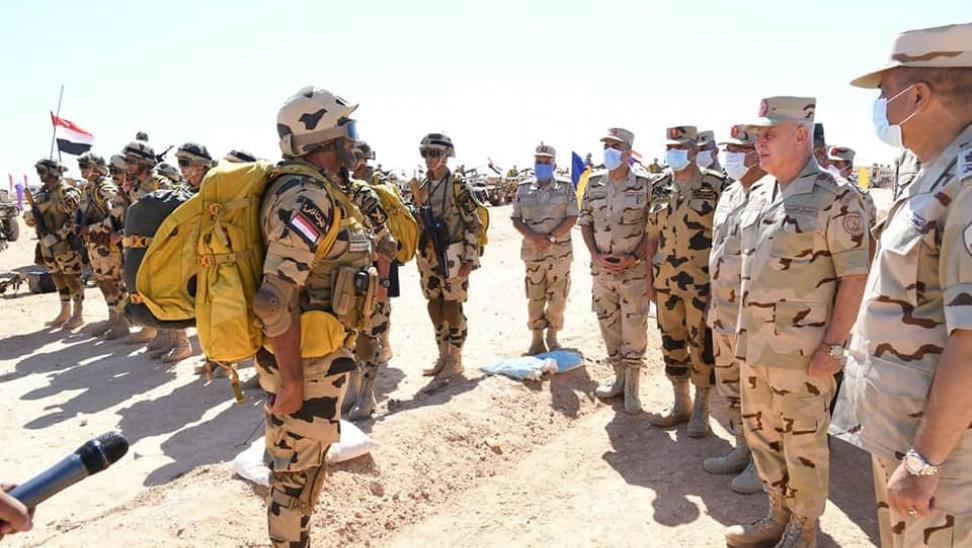 Μήνυμα σε Άγκυρα: Ο αρχηγός του αιγυπτιακού στρατού επιθεώρησε δυνάμεις στα σύνορα με Λιβύη (φώτο)