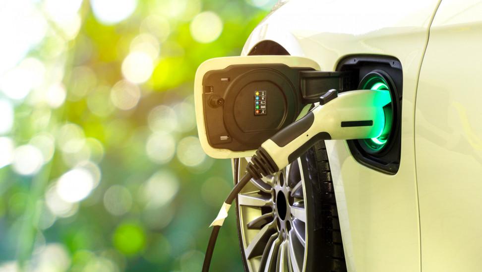 ΥΠΕΝ: Βελτιωμένα κίνητρα για ηλεκτρικά οχήματα – Κατατέθηκε το νομοσχέδιο