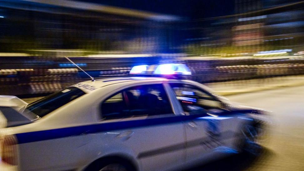 Έφοδος της ΕΛ.ΑΣ στην πλατεία Βαρνάβα στο Παγκράτι λόγω συνωστισμού