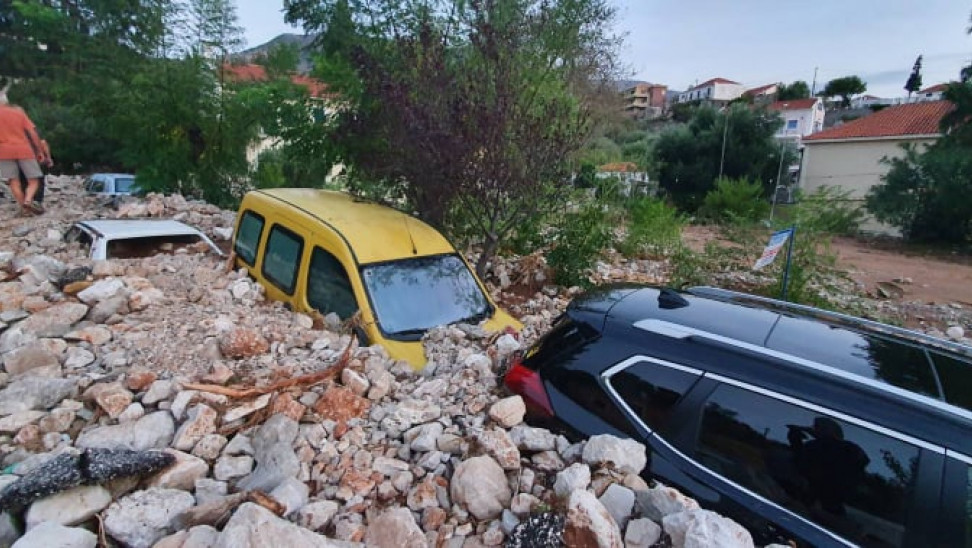 Κεφαλονιά: Ο Ιανός «έθαψε» αυτοκίνητα στην Ασσο – Σε πισίνα μετατράπηκε χωριό (pics)