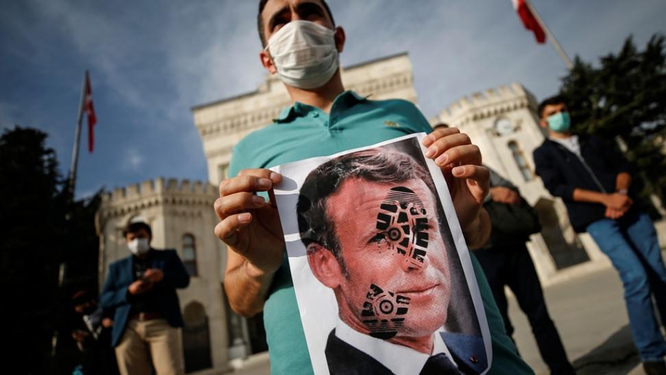 """""""Αρρωστημένη ρητορική"""": Ενωμένη κατά Μακρόν η τουρκική Εθνοσυνέλευση"""