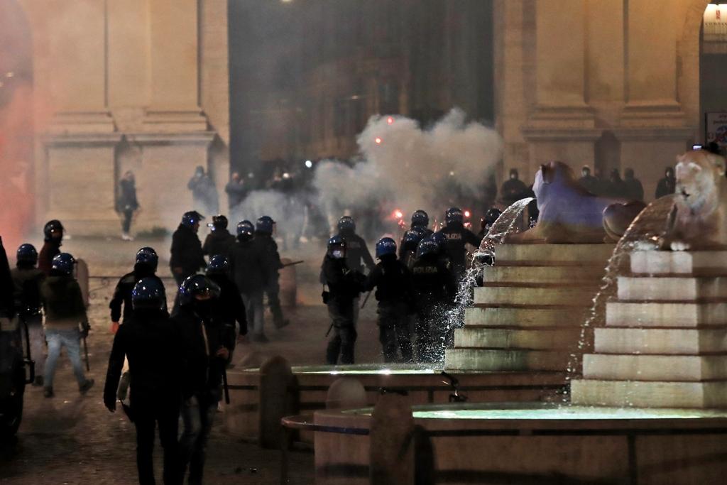 Ένταση στη Ρώμη: Με αντίλες διέλυσε η αστυνομία νεοφασιστική διαδήλωση (pics)