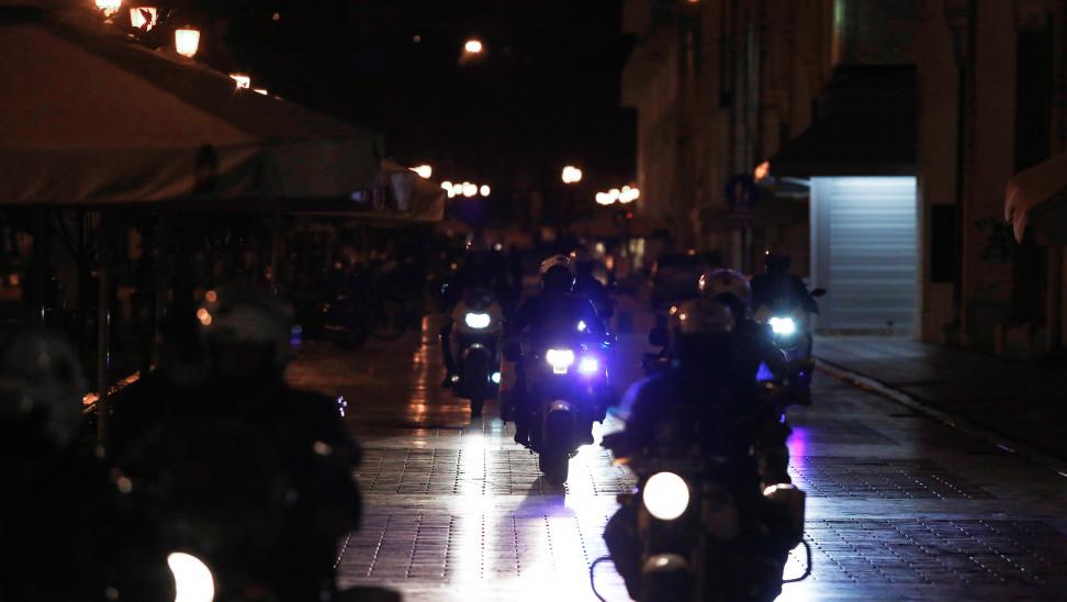 Κορωνοϊός: Αστυνομικός «έσπασε» την καραντίνα και έπινε ποτά μετά τις 12 σε μπαρ του Πειραιά