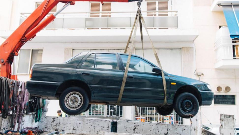 Πάνω από 2.300 εγκαταλελειμμένα οχήματα απομακρύνθηκαν από τον Δήμο Αθηναίων τον τελευταίο χρόνο (ΦΩΤΟ)