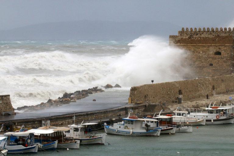 Καιρός: Πέφτει η θερμοκρασία – Βροχές και θυελλώδεις άνεμοι στην Κρήτη