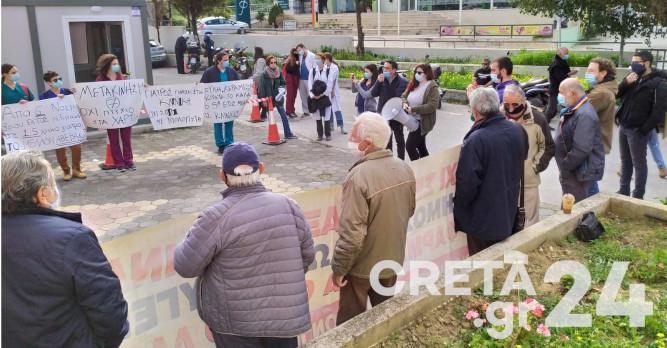 Ηράκλειο: Διαμαρτυρία υγειονομικών και φοιτητών στην ΔΥΠΕ