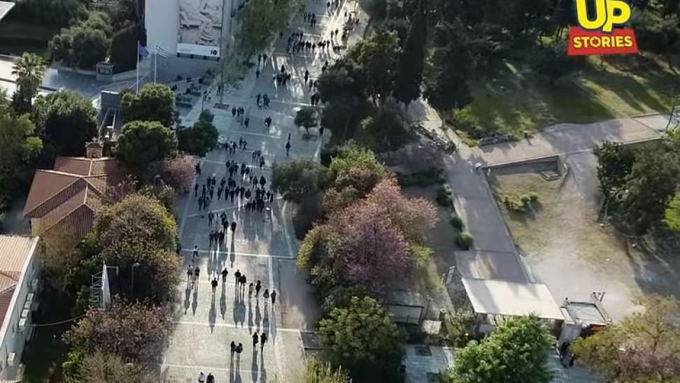 Η Πλάκα πλημμύρισε από Έλληνες επισκέπτες θυμίζοντας χρυσές εποχές 60s - 70s (vid)